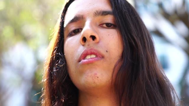 vídeos de stock, filmes e b-roll de retrato de jovem com cabelo comprido - assédio