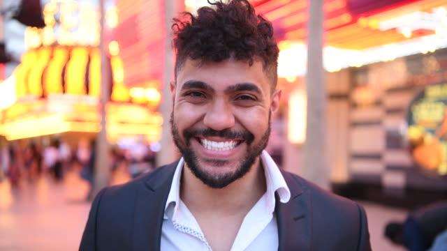 porträtt av ung blandad ras man ute på stan i las vegas - klart ljus bildbanksvideor och videomaterial från bakom kulisserna