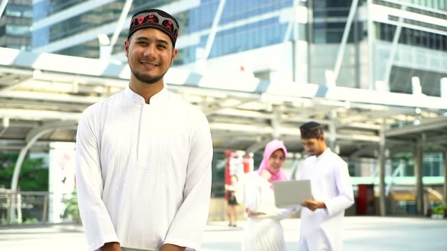 porträtt av ung muslimsk man och kvinnor står i staden, porträtt av muslimska människor koncept. - mittdel bildbanksvideor och videomaterial från bakom kulisserna