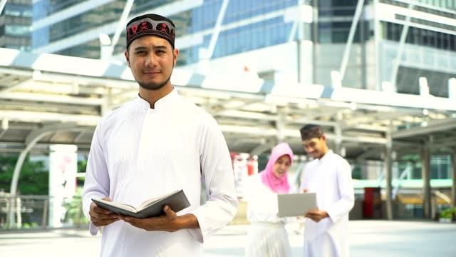porträt des jungen muslimischen mann und frauen stehen in der stadt, porträt von muslimischen menschen konzept. - saudi arabien stock-videos und b-roll-filmmaterial