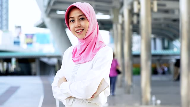 porträt der jungen muslimischen frauen in der stadt, porträt von muslimischen menschen konzept. - erwachsener über 30 stock-videos und b-roll-filmmaterial