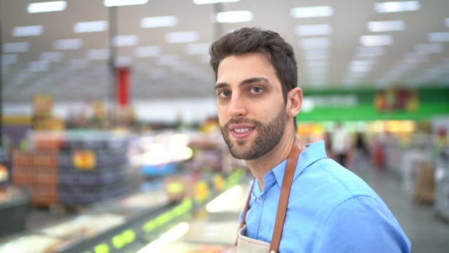 スーパーマーケットでの若い所有者/従業員の肖像 - メガストア点の映像素材/bロール