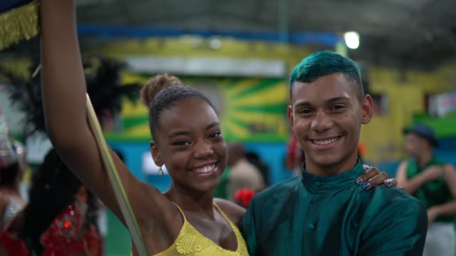 vídeos de stock, filmes e b-roll de retrato de jovens celebrando carnaval na escola de carnaval - tradição