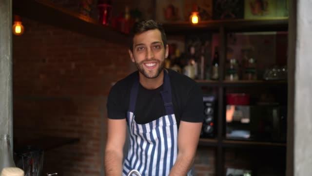 porträt eines jungen restaurantbesitzers, der in die kamera schaut - gastwirt stock-videos und b-roll-filmmaterial