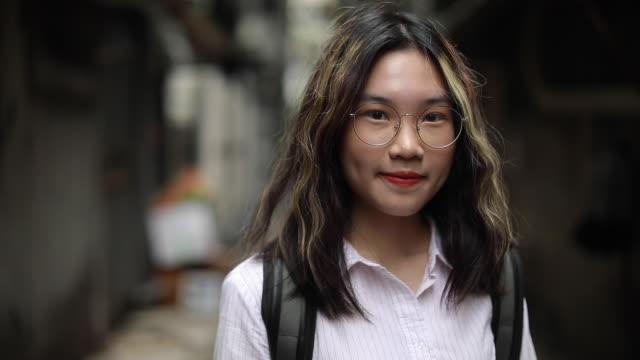 porträt eines jungen taiwanesischen studenten mit rucksack - studenten stock-videos und b-roll-filmmaterial