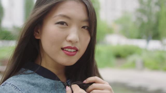 vídeos de stock, filmes e b-roll de retrato de uma jovem mulher asiática w com anel de noivado - cosmético