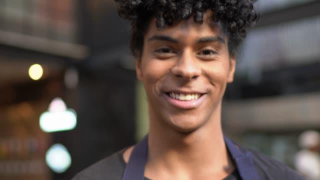 vídeos y material grabado en eventos de stock de retrato de joven camarero sosteniendo una bandeja con unas copas - bandeja para servir