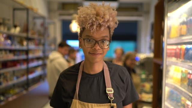 vidéos et rushes de verticale de la jeune serveuse travaillant dans le café - détermination