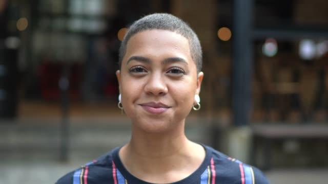 vídeos y material grabado en eventos de stock de retrato de una joven en la calle - peladas
