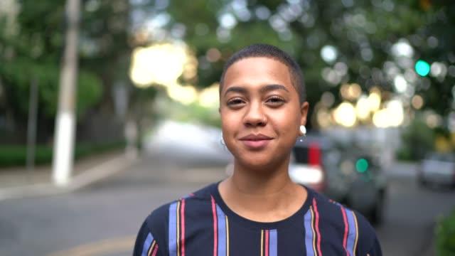 stockvideo's en b-roll-footage met portret van de jonge vrouw op straat - pardo