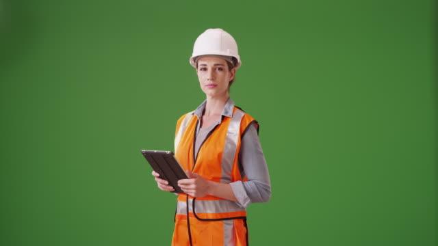 vídeos y material grabado en eventos de stock de portrait of young woman construction manager on green screen - cuello parte de la vestimenta