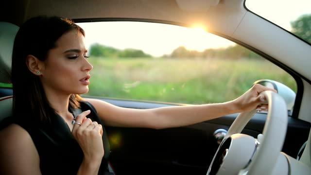 vidéos et rushes de portrait de jeune femme au volant de voiture - conducteur métier