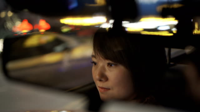 porträt einer jungen frau, die auto fährt - innenspiegel stock-videos und b-roll-filmmaterial