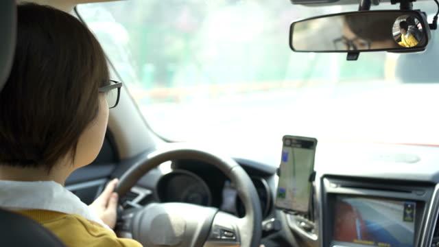 vídeos de stock, filmes e b-roll de retrato de jovem dirigindo carro - sistema de posicionamento global