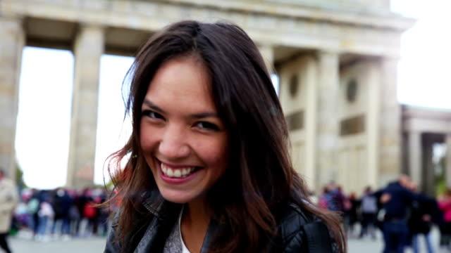 ritratto di giovane donna di berlino-porta di brandeburgo - tourist video stock e b–roll