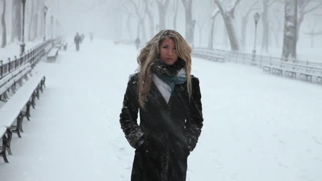 vídeos y material grabado en eventos de stock de ms portrait of young woman in park in blizzard / new york city, new york, usa - sólo mujeres jóvenes