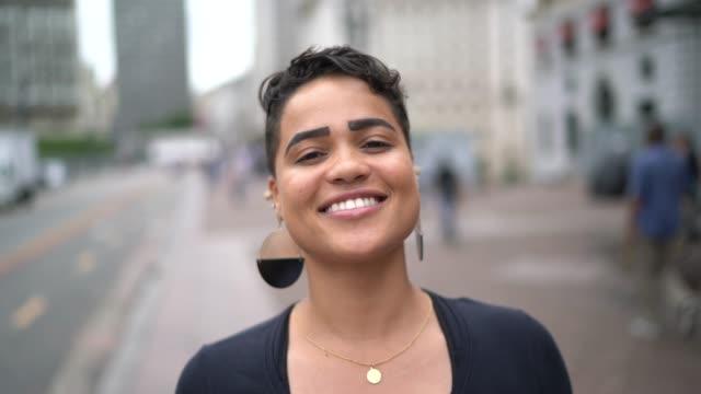 porträt der jungen frau in der stadt - frauenrechte stock-videos und b-roll-filmmaterial