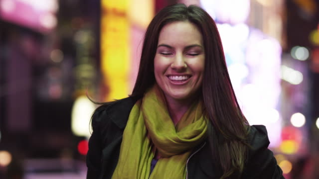 vidéos et rushes de cu portrait of young woman in times square at night / new york city, new york state, usa - cheveux raides