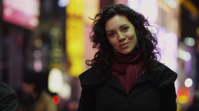 vidéos et rushes de cu portrait of young woman in times square at night / new york city, new york state, usa - cheveux frisés