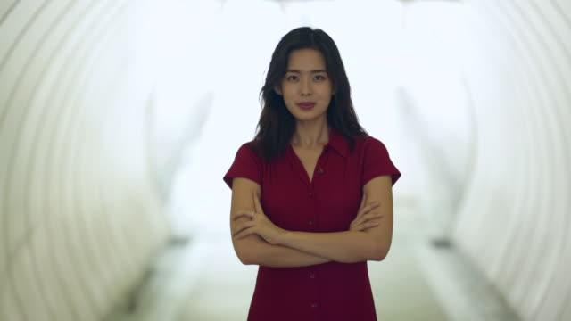cu portrait of young woman in tunnel - 腕組み点の映像素材/bロール