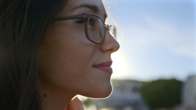 portrait of young woman in venice beach - occhiali da vista video stock e b–roll