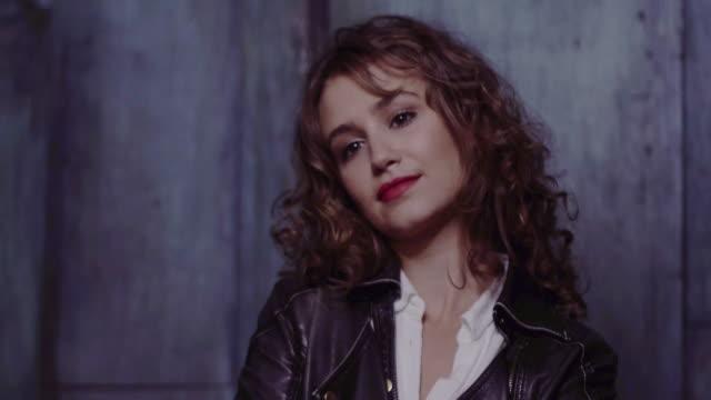 vídeos de stock e filmes b-roll de portrait of young woman on phone - couro
