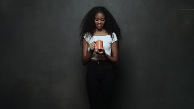 vidéos et rushes de portrait of young woman smiling at camera - curiosité