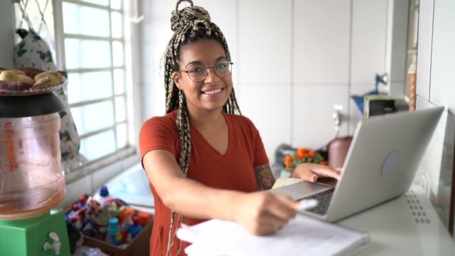 vídeos y material grabado en eventos de stock de retrato de una joven que estudia con portátil en una clase en línea en casa - evento virtual