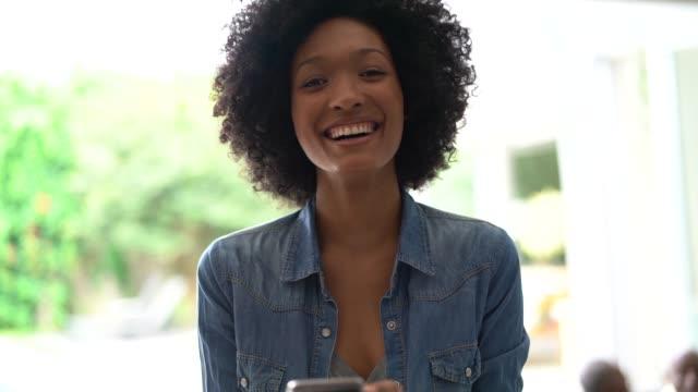 vídeos de stock, filmes e b-roll de retrato da mulher nova que usa o telemóvel - alegria