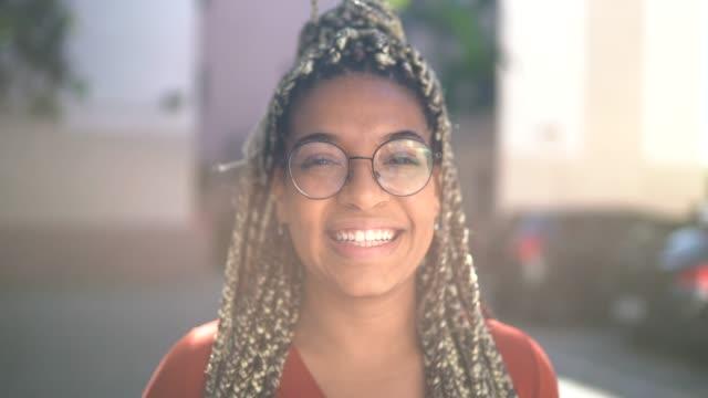 vídeos de stock, filmes e b-roll de retrato de jovem - 20 anos