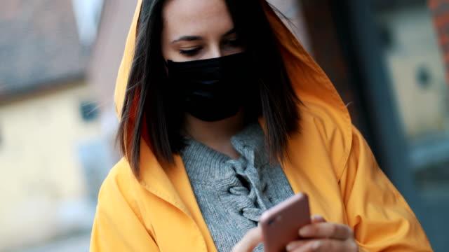 vídeos de stock e filmes b-roll de portrait of young woman wearing 2.5pm face mask - máscara cirúrgica
