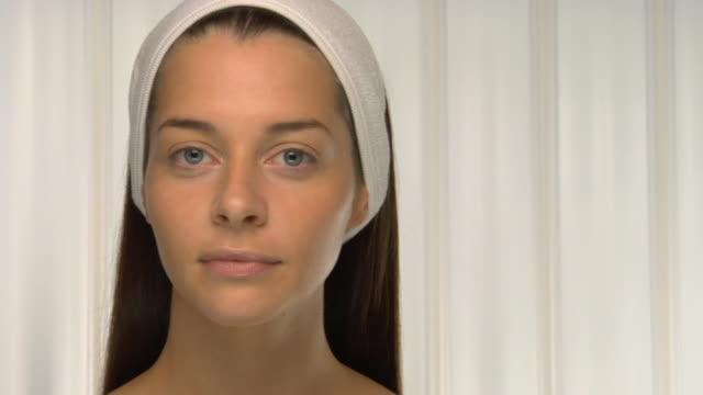 vídeos y material grabado en eventos de stock de cu, pan, portrait of young woman wearing head band - cabello recogido