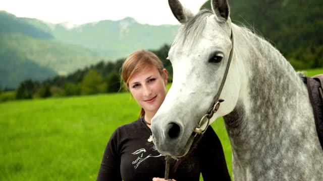 hd :若い女性のポートレート、馬 - 雄馬点の映像素材/bロール