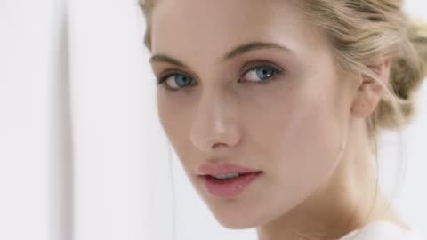 vídeos y material grabado en eventos de stock de retrato de mujer joven con bellos ojos azules - plano descripción física
