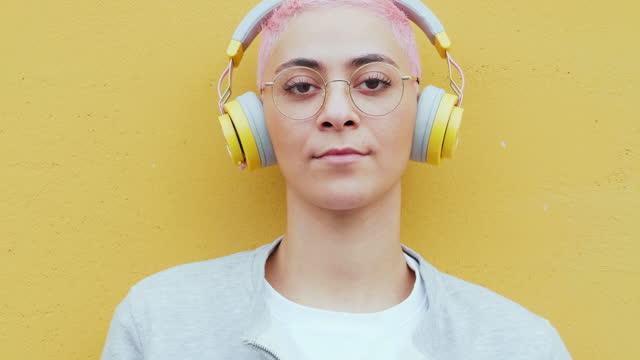 vidéos et rushes de portrait of young woman with headphones and eyeglasses, italy - seulement des jeunes femmes
