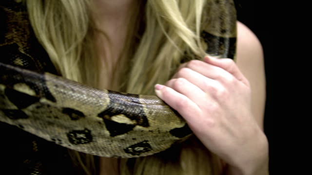 vidéos et rushes de cu pan tu portrait of young woman with snake in server room - tentation