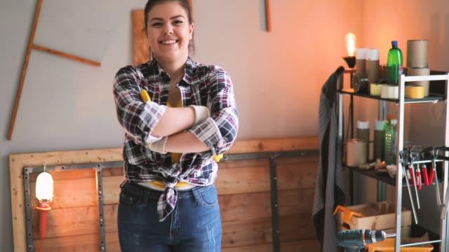 porträt der jungen möbeldesigner in seiner werkstatt - werkzeug stock-videos und b-roll-filmmaterial