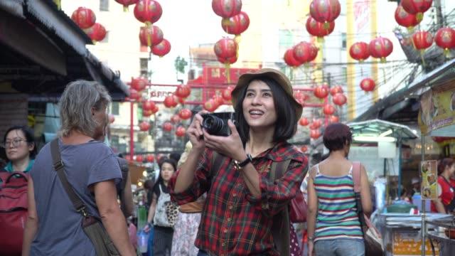 Verspielte weibliche Portraitfotografen fotografieren mit Kamera