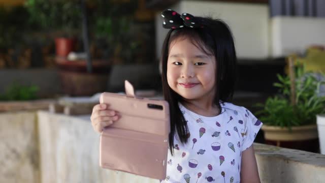 porträtt: förskoleflicka - endast flickor bildbanksvideor och videomaterial från bakom kulisserna