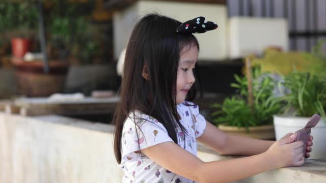 stockvideo's en b-roll-footage met portret: kleutermeisje - haaraccessoires