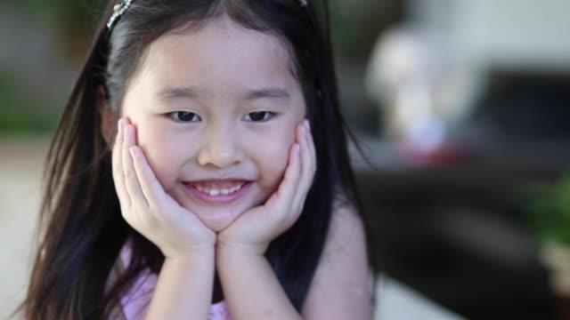 vídeos y material grabado en eventos de stock de retrato: niña preescolar - mano en la barbilla