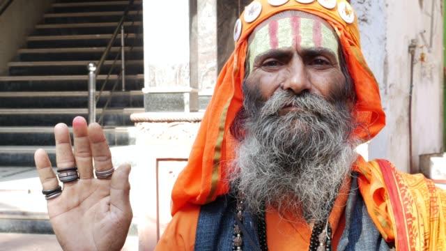vídeos de stock, filmes e b-roll de retrato de sadhu sênior - religião
