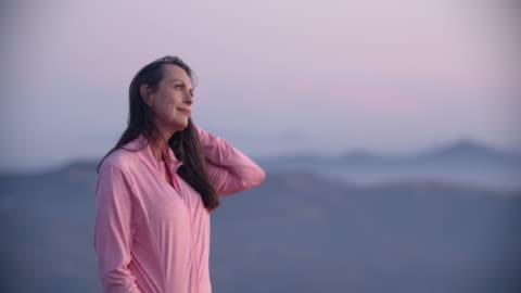vídeos y material grabado en eventos de stock de portrait senior woman looking at the view - mature women