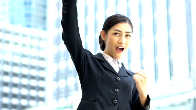 Porträt lächelnd Geschäftsfrau in der großen Hauptstadt während ihrer schauspielerischen Erfolg