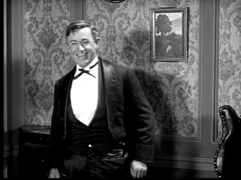 vídeos de stock, filmes e b-roll de 1924 b&w ms portrait will rogers laughing  - mãos cobrindo boca