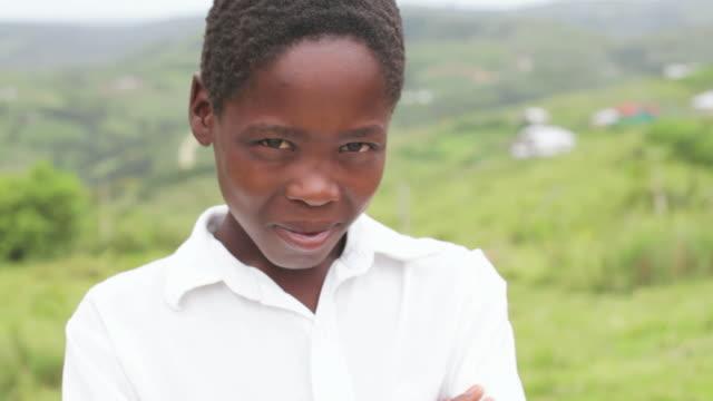 Retrato de menino de escola jovem africano em África rural