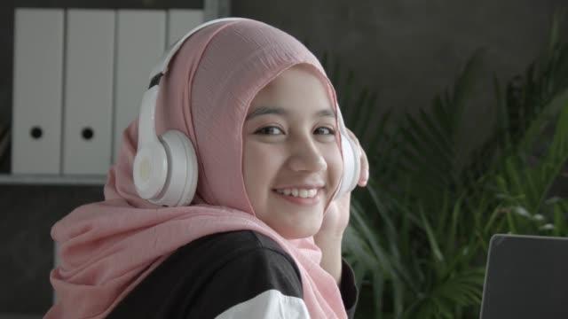 vidéos et rushes de fille musulmane de portraits de hd - une seule adolescente