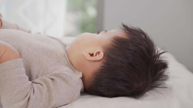 vidéos et rushes de portraits de garçons d'origine asiatique, âgés de 7 à 9 mois, portent des vêtements décontractés - vidéo portrait