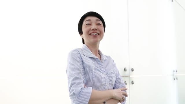 アジアのビジネスウーマンの肖像画ビデオ - 中年点の映像素材/bロール