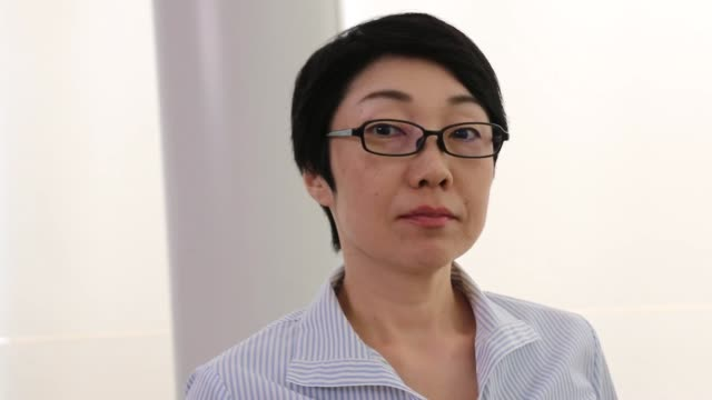 アジアのビジネスウーマンの肖像画ビデオ - インタビュー点の映像素材/bロール